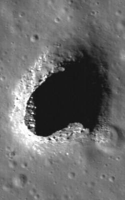 130-metrinen, muodoltaan epäsäännöllinen luola sijaitsee Mare Ingeniin alueella. Kuva Nasa / Goddard / Arizona State University